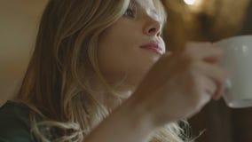 Affärskvinna som dricker kaffesammanträde i kafé lager videofilmer