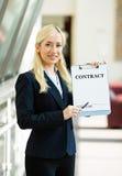 Affärskvinna som erbjuder att underteckna avtalet Arkivfoton