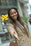 affärskvinna som erbjuder en formell handskakning arkivbild