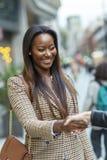 affärskvinna som erbjuder en formell handskakning royaltyfria bilder