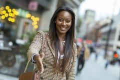 affärskvinna som erbjuder en formell handskakning royaltyfri bild
