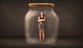 Affärskvinna som fångas i ett glass krusbegrepp Arkivbilder
