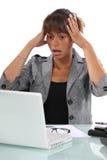 Affärskvinna som får stressad-ut Royaltyfri Foto