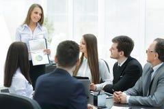Affärskvinna som för en presentation för affärskollegor arkivfoton