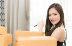 Affärskvinna som förbereder sig att överföra ut hennes produkt i askar Royaltyfria Bilder