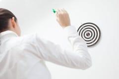 Affärskvinna som försöker den slågna bullseyen Arkivfoto