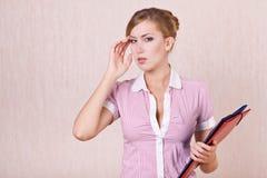 Affärskvinna som förvirras av problem av arbete Arkivbilder