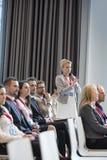 Affärskvinna som frågar frågor under seminarium i konventcentrum Arkivbilder