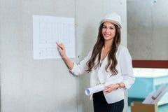 Affärskvinna som framlägger arkitektritningen Danandepresentati arkivbild