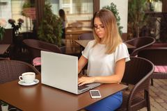 Affärskvinna som fungerar på bärbar dator arkivbild