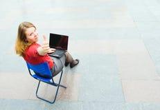 Affärskvinna som fungerar på gatan Arkivfoto