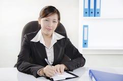 Affärskvinna som fungerar på henne skrivbordet Royaltyfri Foto