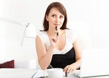Affärskvinna som fungerar på kontoret Royaltyfri Bild