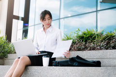 Affärskvinna som går dricka kaffe royaltyfri fotografi