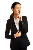 Affärskvinna som gör det tysta tecknet Fotografering för Bildbyråer