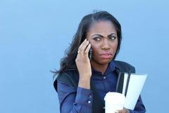 Affärskvinna som gör en appell, medan ha den DÅLIGA SIGNALEN Arkivfoton