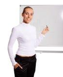 Affärskvinna som gör presentation arkivbild