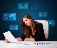 Affärskvinna som gör skrivbordsarbete med digital bakgrund Arkivfoto