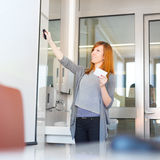 Affärskvinna som ger ett samtal Fotografering för Bildbyråer