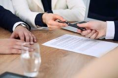 Affärskvinna som ger pennan till affärsmannen som är klar att underteckna avtalet Framgångkommunikation på mötet eller förhandlin Arkivfoto