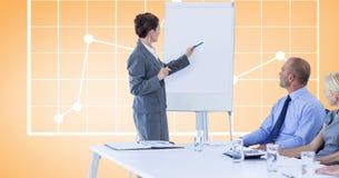 Affärskvinna som ger presentation till kollegor mot graf Royaltyfri Fotografi