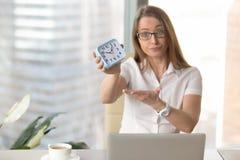 Affärskvinna som grälar på för att vara sent att arbeta arkivbilder