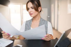 Affärskvinna som granskar viktiga dokument Arkivfoton