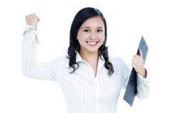 affärskvinna som griper hård om den spännande näven henne som är ung royaltyfria foton