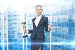 Affärskvinna som håller koppen royaltyfri fotografi