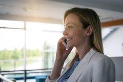 Affärskvinna som har diskussion på den smarta telefonen 2 business woman Fotografering för Bildbyråer