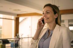 Affärskvinna som har diskussion på den smarta telefonen 2 business woman Arkivfoto