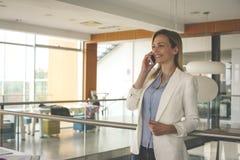 Affärskvinna som har diskussion på den smarta telefonen 2 business woman Royaltyfria Foton