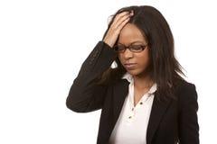 Affärskvinna som har en huvudvärk arkivfoto