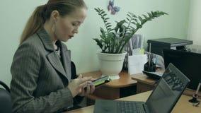 Affärskvinna som har en telefon stock video