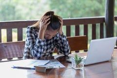 Affärskvinna som har huvudvärk, medan arbeta genom att använda bärbara datorn Comput arkivfoton