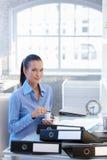 Affärskvinna som har kaffe på skrivbordet arkivbilder