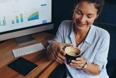 Affärskvinna som har kaffeavbrottet i regeringsställning arkivfoton