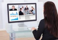 Affärskvinna som har videokonferens Arkivfoton