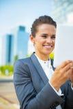 Affärskvinna som i regeringsställning använder området för minnestavlaPC Royaltyfri Fotografi