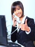 Affärskvinna som i regeringsställning arbetar Fotografering för Bildbyråer