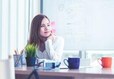 Affärskvinna som i regeringsställning arbetar med kaffekoppen royaltyfri fotografi