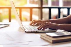 Affärskvinna som i regeringsställning arbetar på bärbar datordatoren Arkivbild