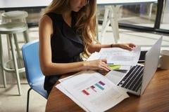 Affärskvinna som i regeringsställning arbetar på dokument, tätt upp, skörden arkivbilder