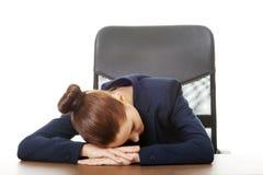 Affärskvinna som i regeringsställning vilar på skrivbordet Royaltyfri Fotografi
