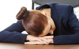 Affärskvinna som i regeringsställning vilar på skrivbordet Royaltyfria Foton