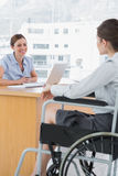 Affärskvinna som intervjuar den rörelsehindrade jobbkandidaten Arkivbild
