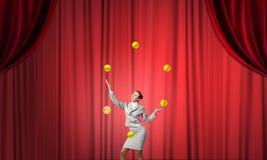 Affärskvinna som jonglerar med bollar Royaltyfria Bilder