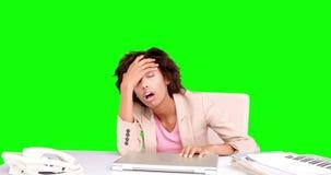 Affärskvinna som känner sig stressad på hennes skrivbord stock video