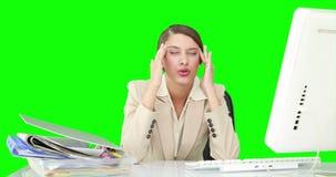 Affärskvinna som känner sig stressad på hennes skrivbord arkivfilmer