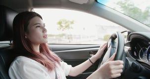Affärskvinna som kör bilen royaltyfri bild